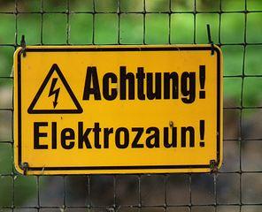 296px-Gelbes_Hinweisschild_Achtung_Elektrozaun
