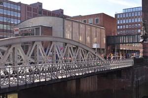 320px-Kaffeebörse_(Hamburg-HafenCity).Pickhubenbrücke.ajb