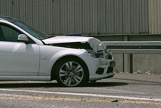 320px-Unfall_A99_Mercedes_mit_eingedrueckter_Schnauze
