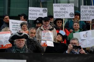Rund 40 TTIP-Gegner protestierten vor der EU-Kommission gegen TTIP (Urheber Marcus Richter)