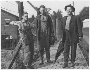 1922 in Plattsmouth, Nebraska, USA: Streikende Arbeiter der Gewerkschaften Brotherhood of Railroad Car men und International Association of Machinists im Bahnausbesserungswerk Burlington.