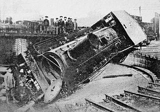 1905 in Tiflis: Streikende Arbeiter haben eine Lok umgestürzt.