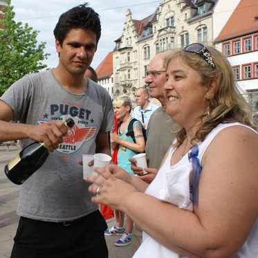 Einen Sekt auf den Sieg. Emmely vor dem BAG in Erfurt. (Quelle: nrzh.de, Foto:  Uwe Pohlitz, Erfurt)