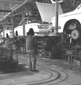 München,_BMW_Autowerk1968_fließband-cut