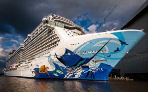 Das brandneue Kreuzfahrtschiff Norwegian Escape am 24.08.2015. Es fährt nun unter der Flagge der Bahamas (Quelle wikicommons, Urheber Arno Redenius)