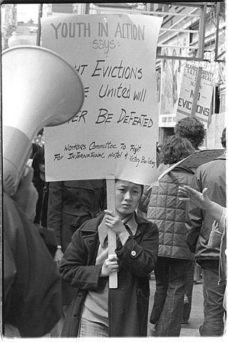 """San Francisco, Januar 1977: Proteste gegen die Räumung des International Hotel im Stadtteil Manilatown. Im sogenannten """"I-Hotel"""" konnten viele Arbeiter aus Asien über Jahre kostengünstig wohnen. (Quelle: Wikipedia)"""