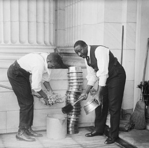 640px-CapitolSpittoonCleaning1914_320pxl