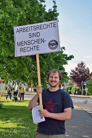 """Freitag der 13. vor dem Toys """"R"""" Us in Koeln-Marsdorf."""