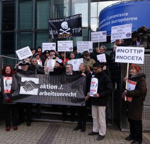 Freibeuter des Atlantik stoppen. aktion./.arbeitsunrecht und Unterstützer*innen am 29.1.2015 vor der EU-Kommission in Brüssel.