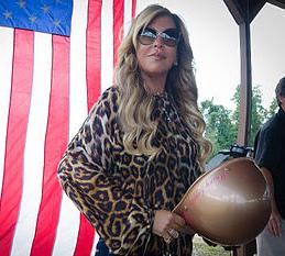 Die exzentrische US-Unternehmerin Lynn Tilton gibt sich gerne patriotisch. Als CEO der Heuschrecke Patriarch fällt sie auf beiden Seiten des Atlantik über mittelständische Unternehmen und ihrer Belegschaften her. (Quelle: Wikicommons)