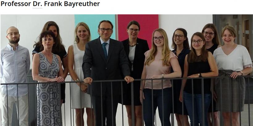 Prof. Frank Bayreuther inmitten seiner Mitarbeiter*innen und Hilfskräfte