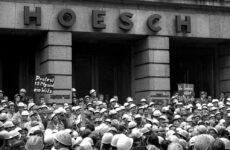 Streikende Hoeschianer vor der Hauptverwaltung Westfalenhütte im September 1969. Foto: Archiv Peter Keuthen