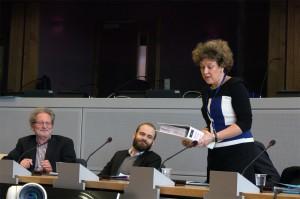 Asenius, Kabinettschefin der EU-Handelskommissarin nimmt unsere Unterschriften entgegen.