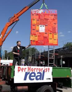 Rote Karte für Real und Metro AG in Düsseldorf